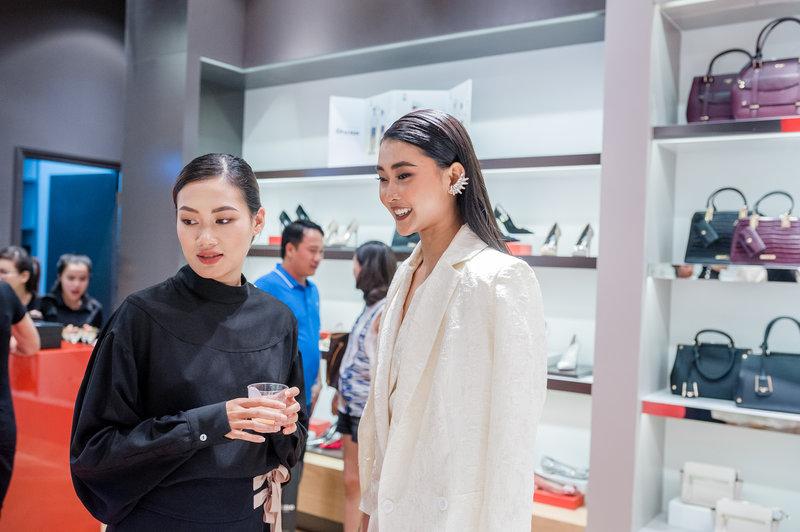 Kim Nhung sau khi ngắm nhìn BST mới còn được được stylist Pông Chuẩn tư vấn thêm về những tips thời trang hữu ích