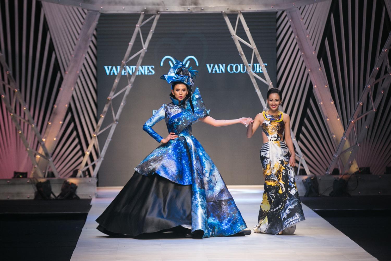 NTK Valentines Vân Nguyễn cùng Veddette Võ Hoàng Yến sánh bước khép lại show diễn.