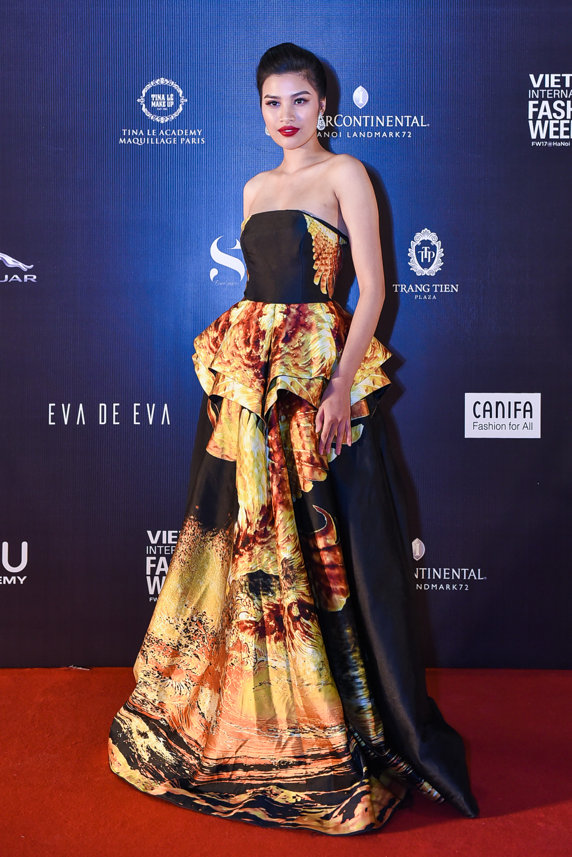 Nguyễn Thị Thành nổi bật với váy cúp ngực thiết kế lộng lẫy của Cory Trần.