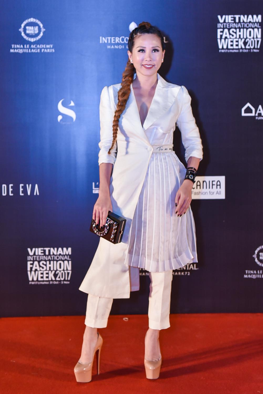 Hoa hậu Thu Hoài với bộ suit trắng cá tính nằm trong BST mới nhất NTK Nguyễn Công Trí.