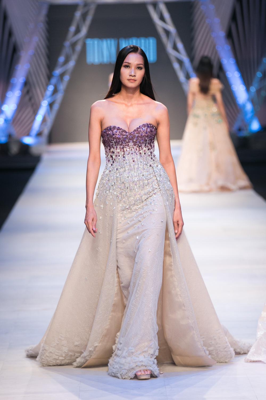 Hai chất liệu vải tulle và crepe kết hợp tạo nên nét dịu dàng đầy mê hoặc.