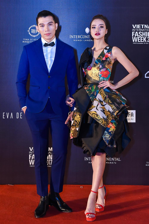 Siêu mẫu Khải Trang diện đầm dạ hội của Cory Trần từng được trình diễn trong VIFW 2016. Chiếc đầm Khải Trang lựa chọn từng được lên bìa tạp chí Harper's Bazaar.