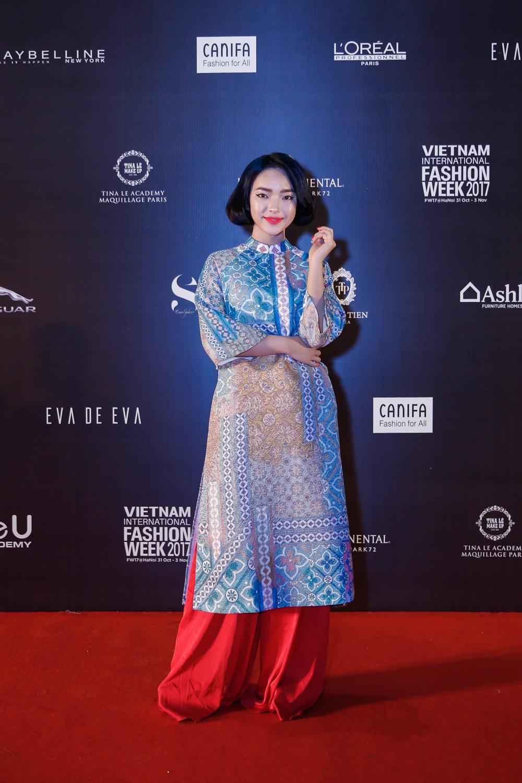 Biểu tượng thời trang Châu Bùi xuất hiện đằm thắm trong tà áo dài đến từ Thuỷ Design House.