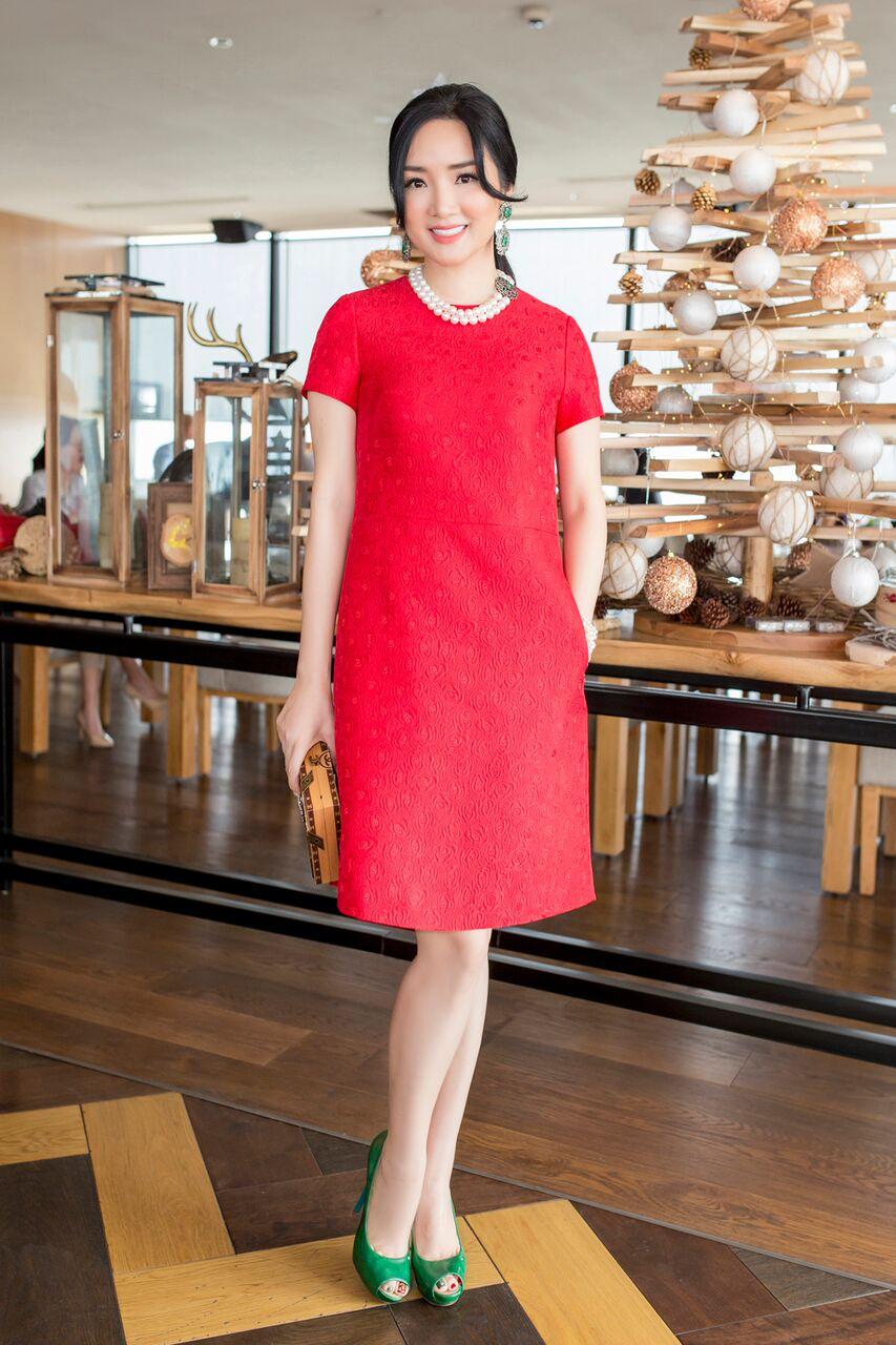 Hoa hậu Đền Hùng Giáng My chọn sắc xanh đi kèm tông đỏ của trang phục; theo đúng xu hướng của mùa lễ hội cuối năm.