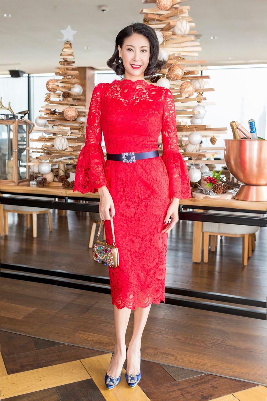 Hoa hậu Việt Nam 1992 Hà Kiều Anh khoe dáng nuột nà trong thiết kế bodycon trên nền vải ren; điểm xuyết thắt lưng đen ở eo.