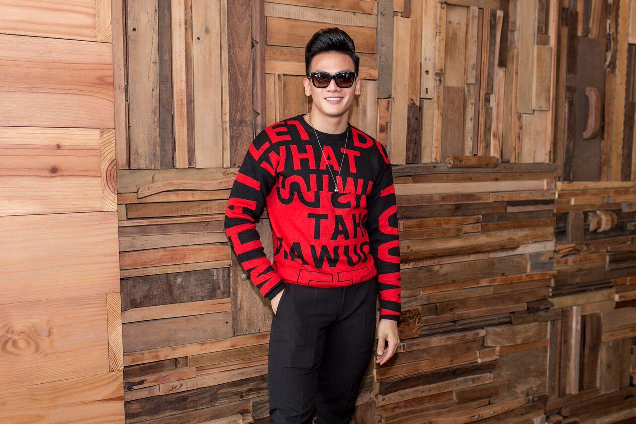 Chàng mẫu Lê Xuân Tiền cá tính với sắc đỏ kết hợp tông đen nam tính, mạnh mẽ.