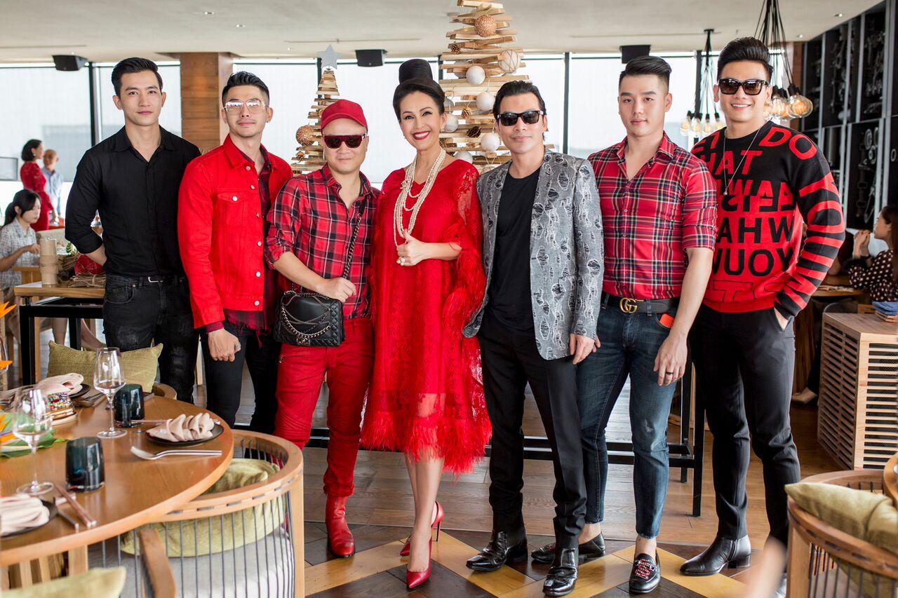 Đạo diễn Trần Bảo Sơn, Võ Cảnh, Hoàng Tiến Dũng cũng có mặt trong tiệc sinh nhật của Diễm My với trang phục nam tính, mạnh mẽ.