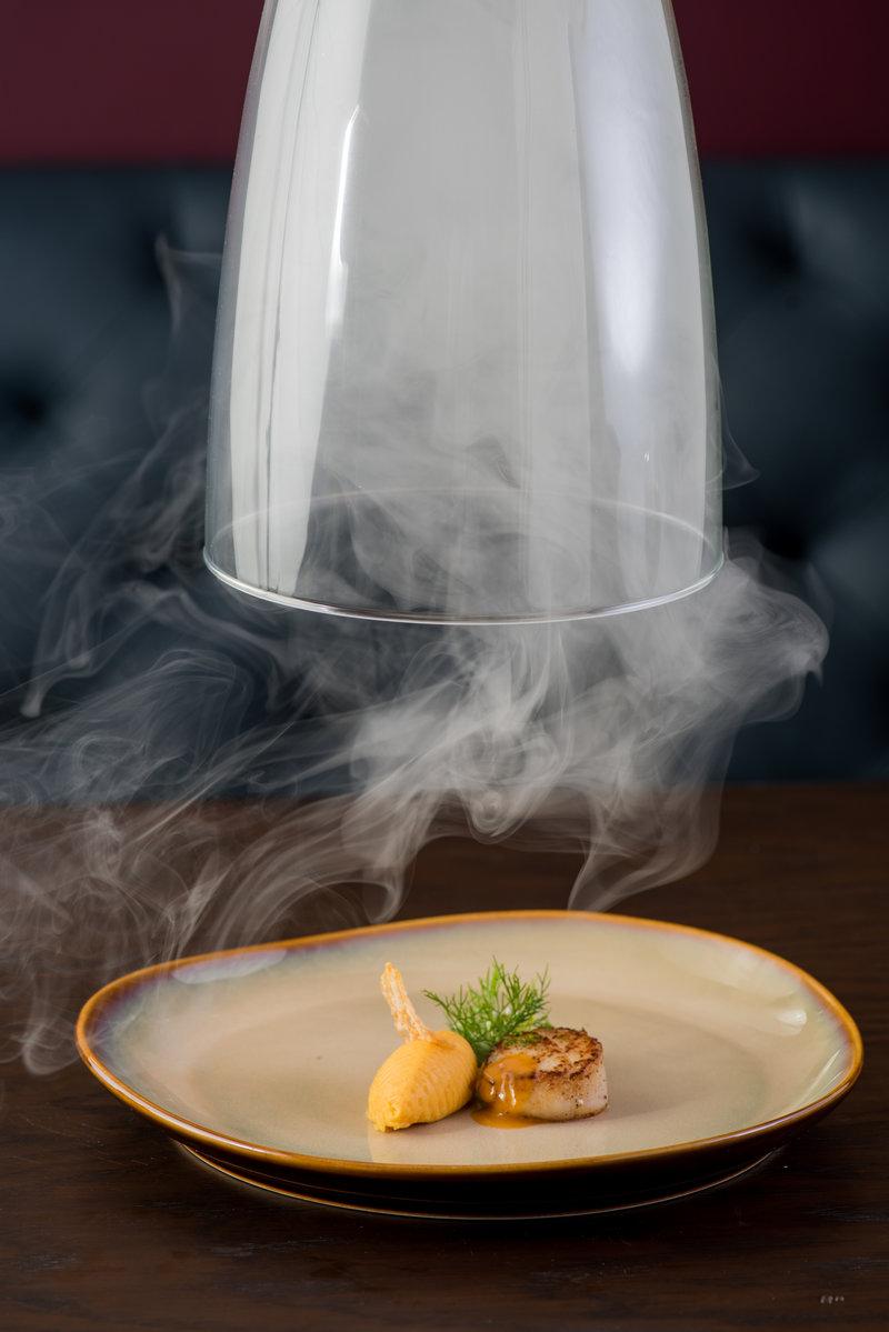 Nhà hàng tự hào có thiết kế độc đáo với gian bếp mở; nơi bạn có thể thấy đầu bếp và nhân viên nhà bếp tạo ra những phép thuật ẩm thực.