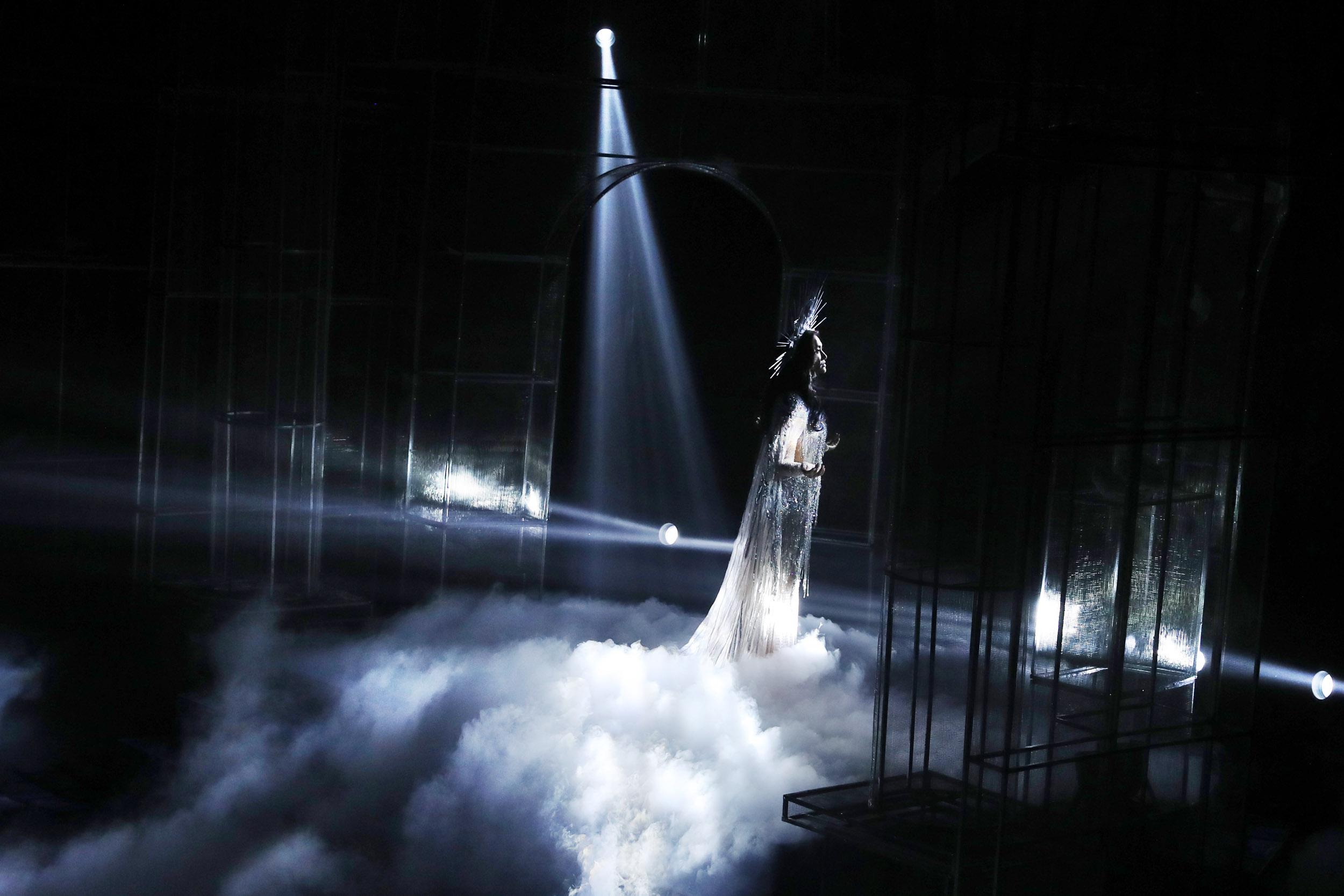 """Cuối chương trình, Lukkade - Huấn luyện viên The Face Thái Lan xuất hiện trên sân khấu chúc mừng nhà thiết kế. Đây cũng là khoảnh khắc đẹp kết thúc đêm đại tiệc thời trang mang tên """"She's A Goddess""""."""