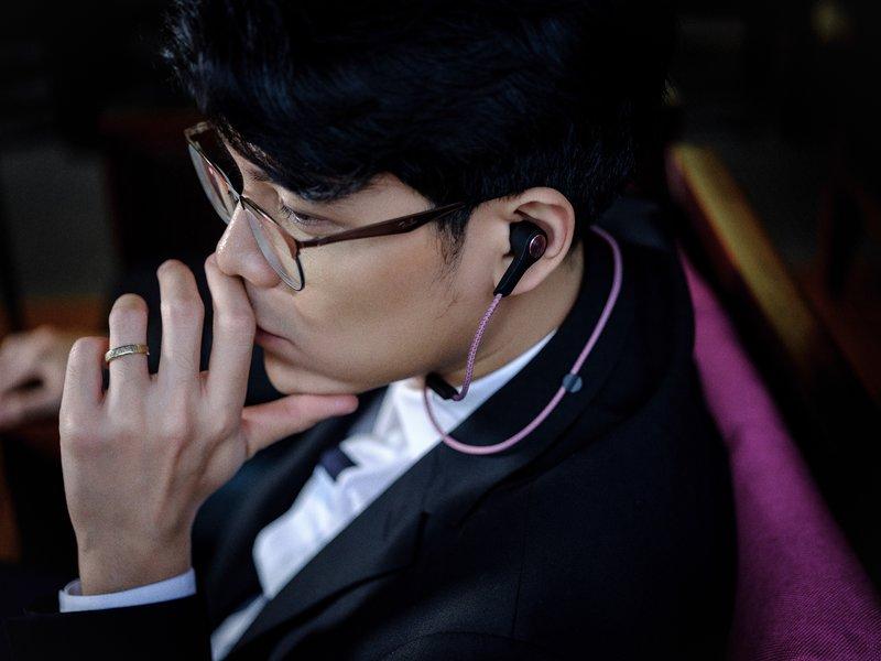 Tai nghe không dây H5, món phụ kiện thời trang đích thực Trang phục: Kenzo
