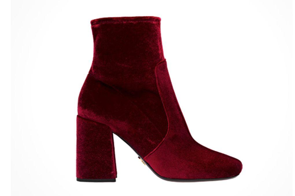 Boots nhung đỏ đô của Prada