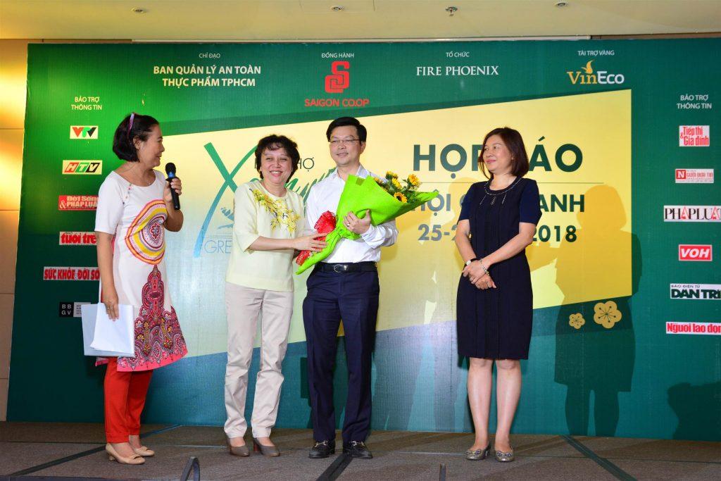 Đại diện các đơn vị đồng hành và nhà tài trợ vàng nhận hoa lưu niệm tại họp báo.