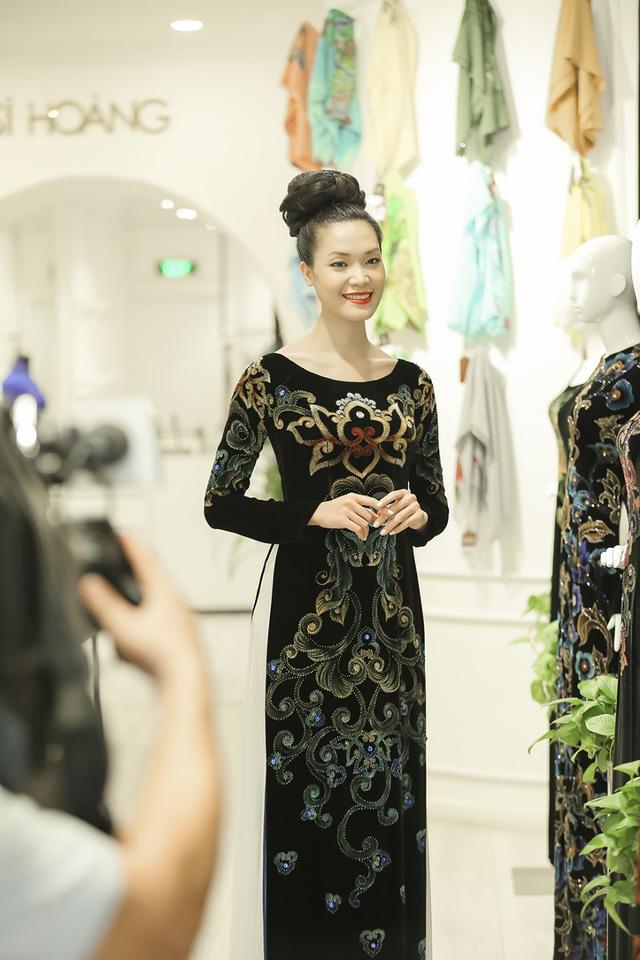 Yêu thích tà áo dài vì vẻ đẹp dịu dàng và nền nã; Hoa hậu Thùy Dung đã lựa chọn mẫu thiết kế được kết đính công phu của nhà thiết kế Sĩ Hoàng.