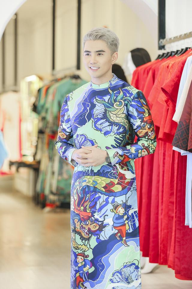 Khoác lên chiếc áo dài đầy cảm hứng hội họa đặc sắc của NTK Thủy Nguyễn; ca sĩ – diễn viên Will (365) cho rằng áo dài dành cho nam giới vẫn có thể đem đến sự tự tin và mạnh mẽ không thua gì mặc suit.
