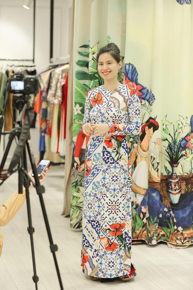 NTK Thủy Nguyễn cũng góp mặt vào video clip để chia sẻ niềm hạnh phúc khi sự thành công của tà áo dài phong cách Cô Ba Sài Gòn trên màn ảnh rộng đã truyền đi tình yêu áo dài cho khán giả, tạo nên một trào lưu được đón nhận mạnh mẽ.