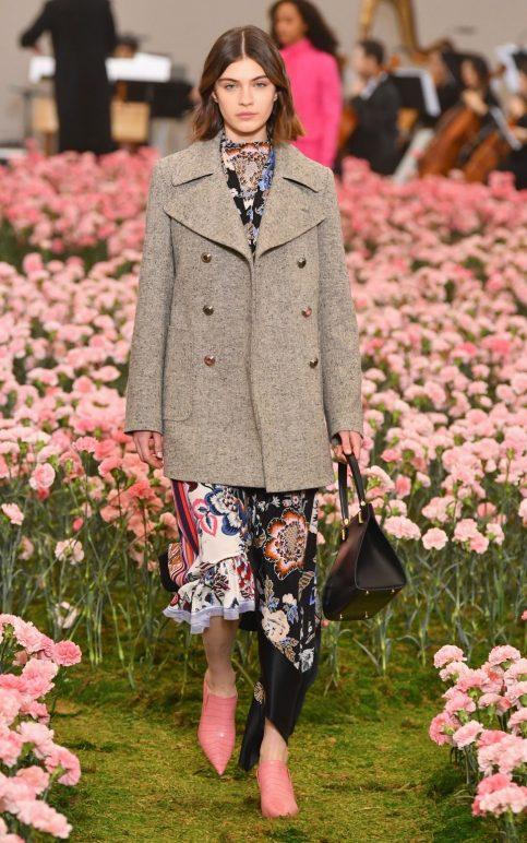 Áo khoác pea cùng với đầm hoạ tiết của Tory Burch: Tại sao không?