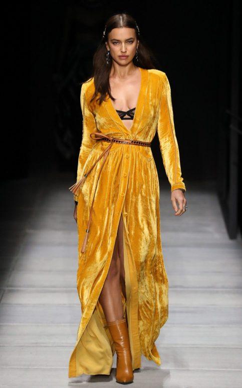 Chiếc áo khoác kimono nhung màu vàng mustard sẽ giúp bạn toả sáng dù ở bất cứ đâu, từ đường phố đến các buổi tiệc lớn.