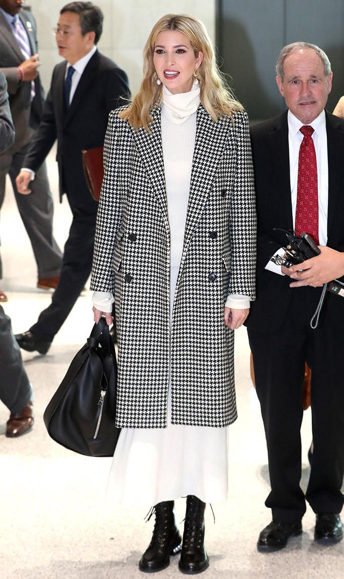 Ngày 23/2, Ivanka Trump chính thức đặt chân đến Hàn Quốc để tham dự lễ bế mạc Olympics mùa đông tại PyeongChang. Cô giữ nguyên nét thanh lịch thường thấy trong trang phục đơn giản mang tông màu trung tính. Điểm nhấn của set đồ nằm ở đôi combat boots hầm hố và túi xách to bản.