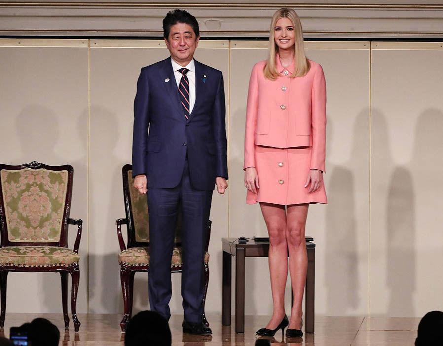 Khi đến với Hội nghị Quốc tế về Nữ giới tổ chức tại Tokyo; cô lại diện trên mình bộ trang phục nền nã mang tông hồng nữ tính.