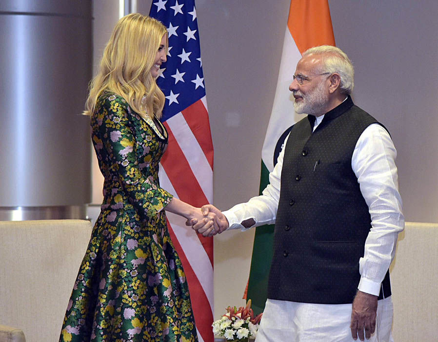 Khi đến với Ấn Độ, một lần nữ Ivanka Trump lại tạo ấn tượng tốt khi khoác lên người mẫu đầm dài kín đáo. Cô khéo léo lựa chọn chi tiết gấm in hoa như bày tỏ lòng ngưỡng mộ với xứ sở của lụa là, gấm vóc.