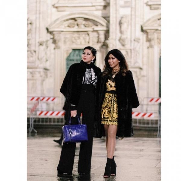 Hai mẹ con trong nhiều lớp hàng hiệu khi đến show diễn Versace.