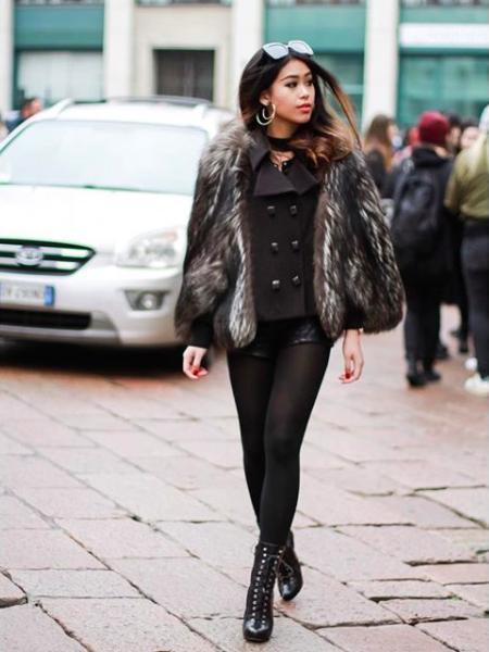 Áo khoác lông đang là một trong những món đồ được ưa chuộng nhất tại Tuần lễ Thời trang Milan. Không để bản thân nằm ngoài dòng chảy của xu hướng; Thảo Tiên cũng diện ngay trên mình chiếc áo lông lộng lẫy của Salvatore Ferragamo.