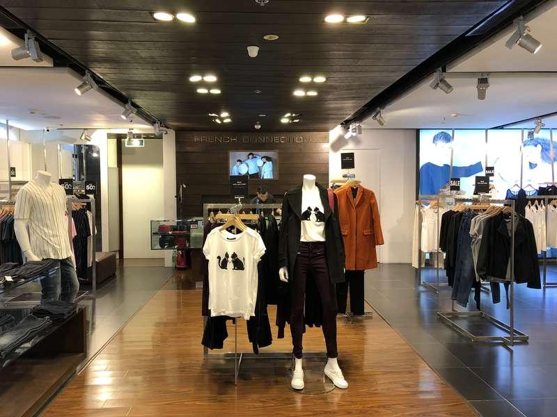 Cửa hàng FCUK Saigon Centre mang tới một không gian mua sắm ấm áp xen lẫn sự phá cách của các bộ trang phục từ thương hiệu French Connection.