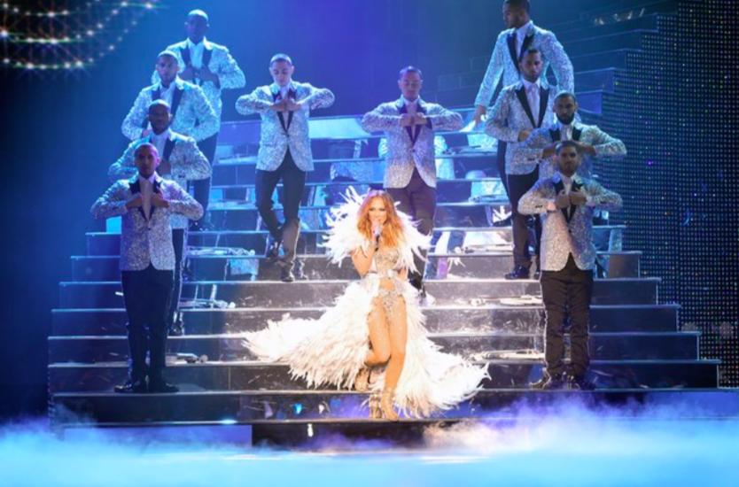 Jennifer Lopez diện trang phục Versace đính 260.000 viên đá Swarovski trong show diễn đầu năm 2016.