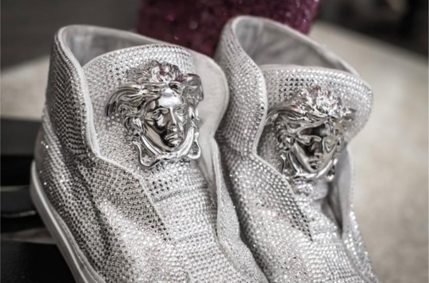 Cận cảnh đôi giày Versace cô dùng trong show diễn.