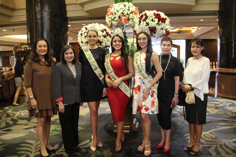 Bà Lorraine.E. Schuck (bìa phải) cùng các thí sinh và giám khảo Miss. Earth