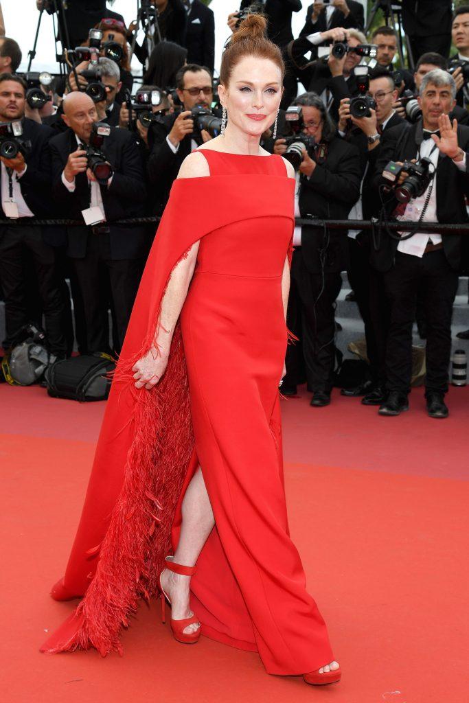 Julianna Moore rực rỡ với thiết kế dạ hội đỏ rực