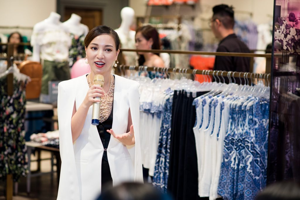 Tham dự sự kiện, hot blogger 'không tuổi' Hannah Nguyễn xuất hiện trong thiết kế jumpsuit và áo khoác ngoài cách điệu với đường cắt may thời thượng, giúp tôn dáng tối đa cho bà mẹ một con.