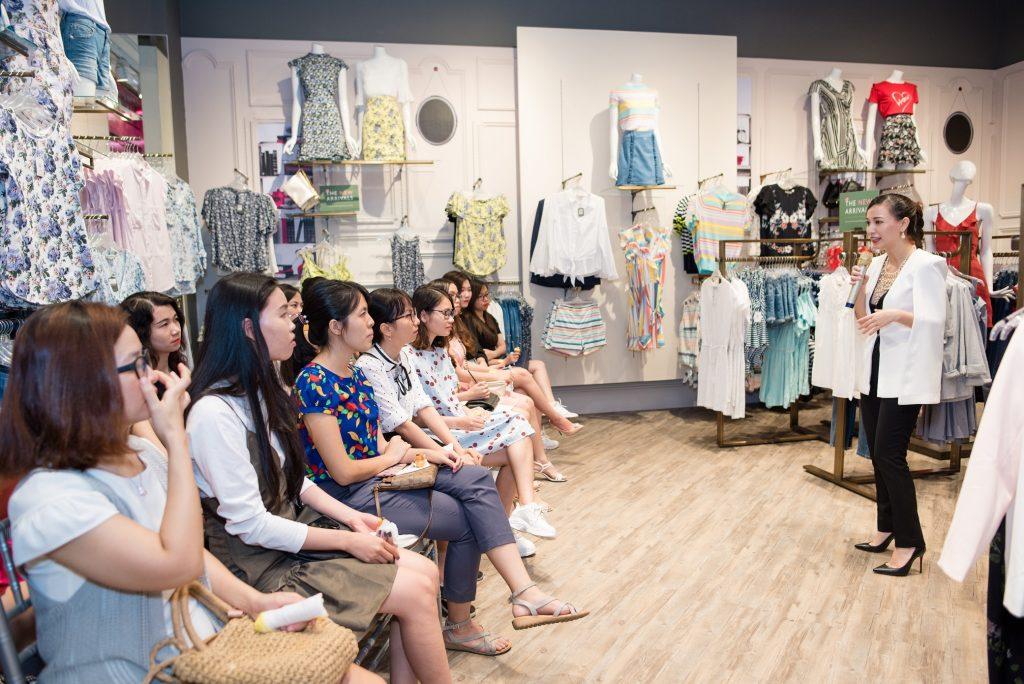 huộc sự kiện khai trương cửa hàng thời trang Oasis tại TTTM Vạn Hạnh, quận 10, talkshow 'Thay Cách Mặc, Đổi Cuộc Đời' do thương hiệu đến từ Anh Quốc tổ chức đã có những tiết lộ giúp các quý cô văn phòng trở nên quyến rũ hơn qua cách chọn trang phục phù hợp với phong cách, cá tính và vóc dáng của từng người.