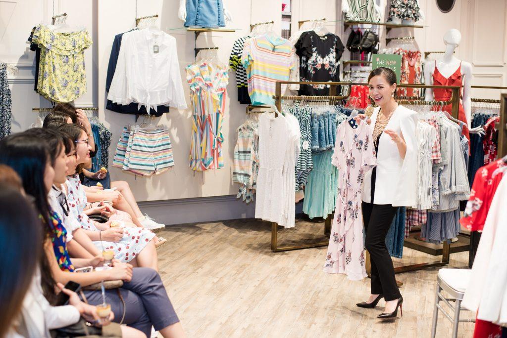 Khách tham dự tại cửa hàng được nghe tư vấn về cách chọn trang phục với họa tiết, màu sắc sao cho phù hợp với vóc dáng mỗi người.