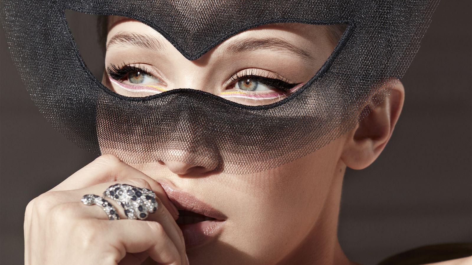 Đầm và mặt nạ Dior Haute Couture; nhẫn Dior Fine Jewelry.