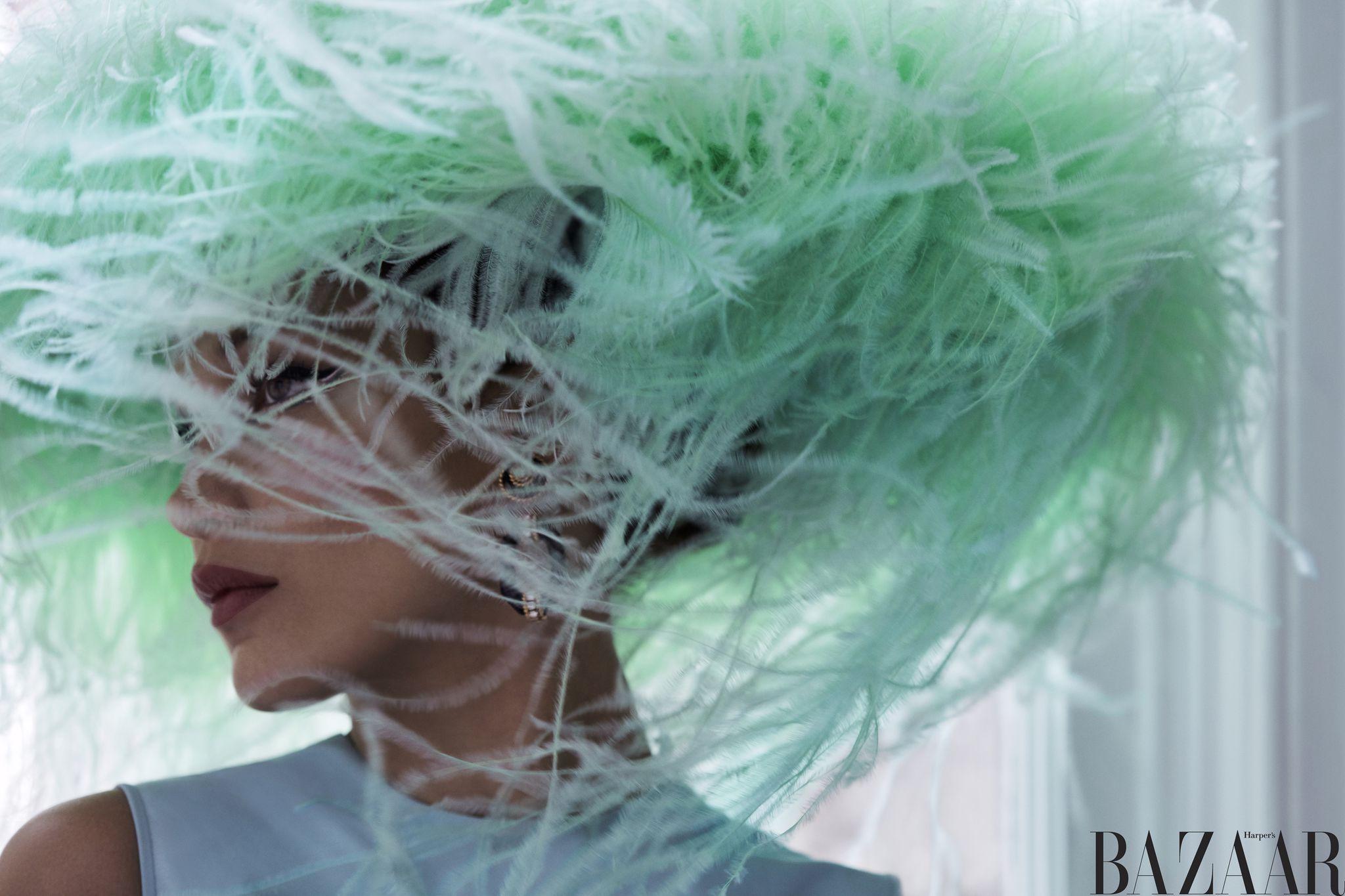 Áo Valentino Haute Couture. Mũ Philip Treacy thiết kế cho Valentino Haute Couture. Hoa tai Van Cleef & Arpels.