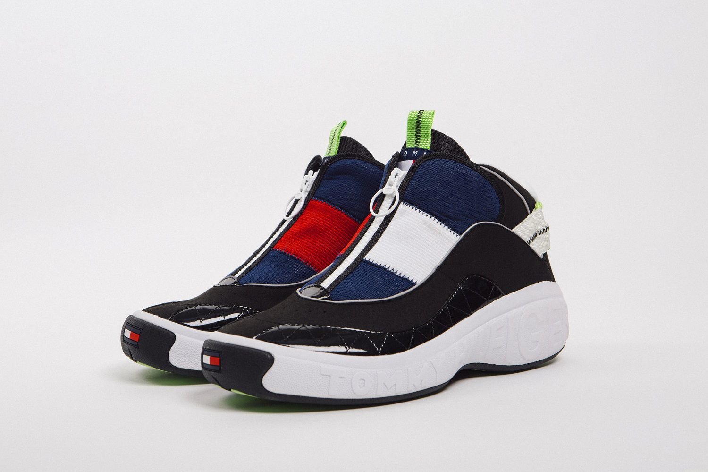 """Tommy Jeans """"Fly"""" mang 3 tông đỏ, đen, trắng đặc trưng."""