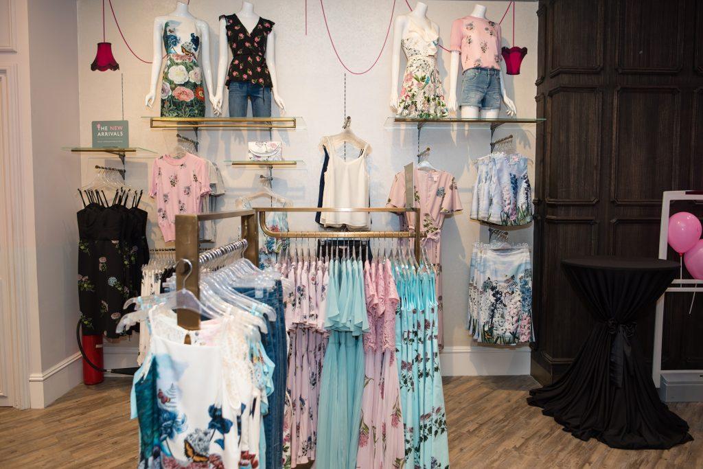 20180626 cách mặc trang phục giúp trẻ hơn với oasis 12