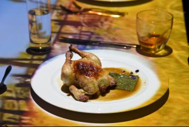 Món chính đầu tiên vô cùng ấn tượng với gà tơ đèn khò ẩn dấu bên trong những con sò điệp Hokkaido thơm lừng