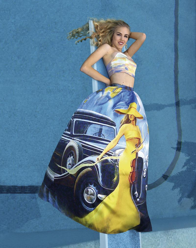 Công chúa xứ Monaco, Maria Carolina de Bourbon des Deux-Siciles, 15 tuổi, trong chiếc đầm in mẫu xe cổ. Andres Aquino lấy cảm hứng từ cuộc đua xe Thể thức 1 để thiết kế bộ sưu tập này. Ảnh: Jean-Daniel Lorieux