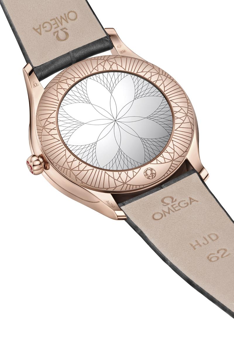 """Mặt sau của vỏ đồng hồ được làm bằng kính, khắc nổi thiết kế """"Her Time"""" đầy tinh xảo"""