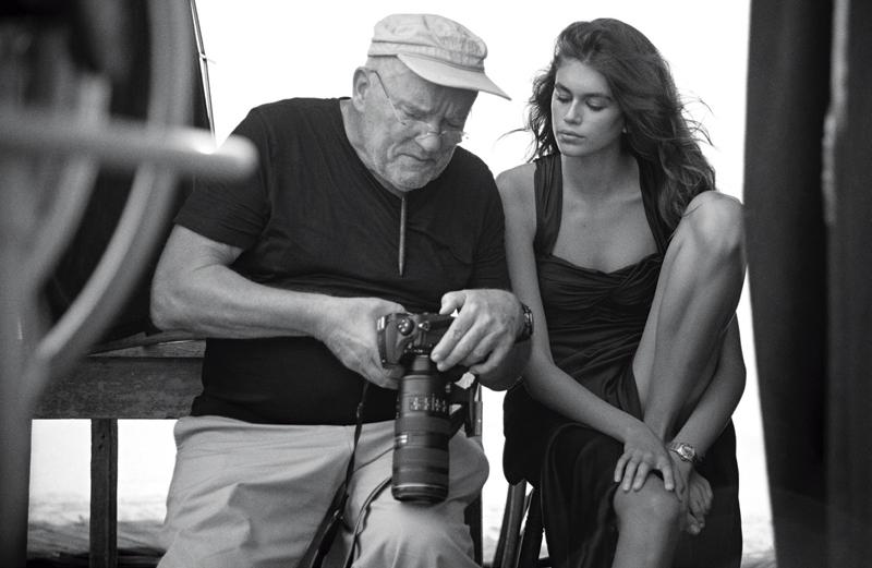Nhiếp ảnh gia Peter Lindbergh và Kaia Gerber tại buổi chụp trên bãi biển Malibu (California)