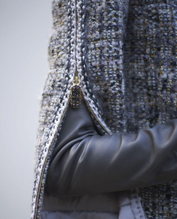 Chi tiết khóa kéo bằng pha lê ở tay áo là điểm nhấn của bộ sưu tập