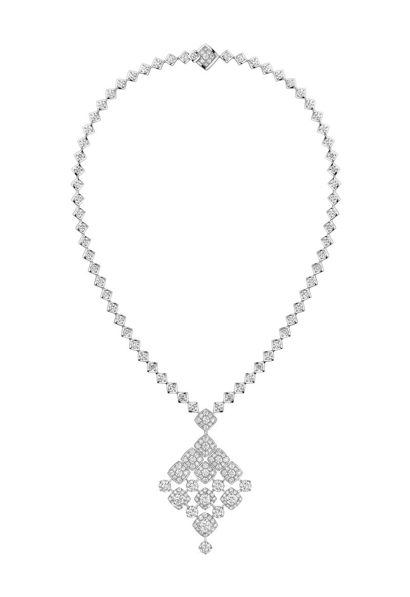 signature de chanel collier signature dangling fond blanc