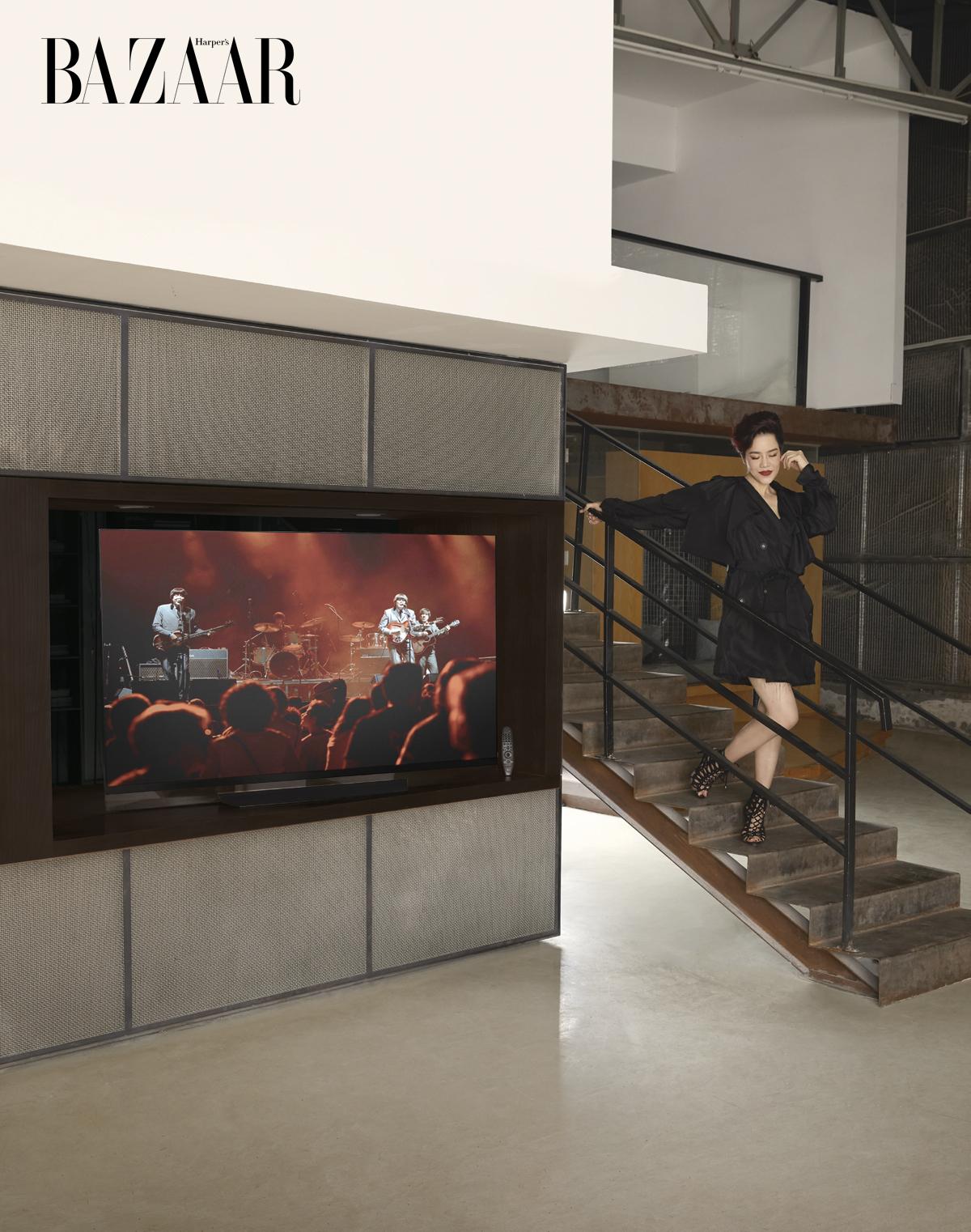"""CA SỸ THU PHƯƠNG Đầm kiểu coat chất liệu cotton, Lâm Gia Khang LG OLED TV 65"""" E8"""
