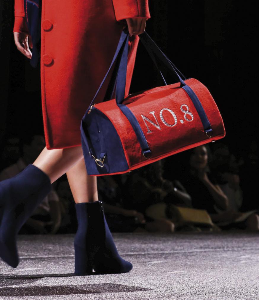 Trang phục và túi xách màu đỏ rực rỡ thuộc bộ sưu tập No. 8