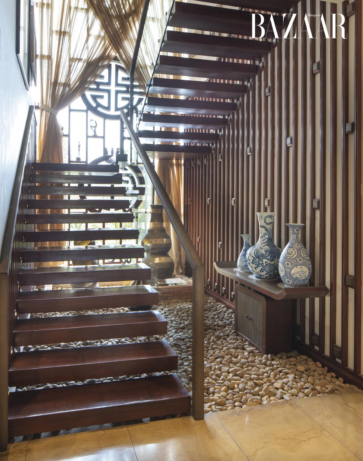 Chi-Cao-Bao-Trâm_stairs