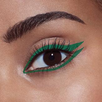 Cách ứng dụng đầu tiên chính là sử dụng bút kẻ mắt màu xanh lá cho cả mí mắt trên và dưới. Hãy tạo 1 đường kẻ mắt mèo cho mí trên bằng cách hất nhẹ bút kẻ giúp định hình đuôi mắt sắc sảo. Sau đó lặp lại thao tác này cho viền mắt dưới nhé!