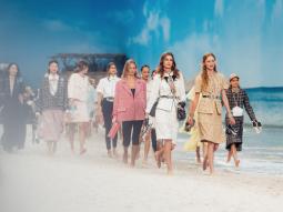 Karl Lagerfeld thổi làn gió trẻ trung lên sàn diễn Chanel Xuân Hè 2019