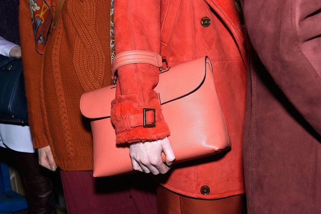 Là tông màu có thể phù hợp với mọi sắc da, cam san hô dù ở mùa nào, cũng rất dễ dàng để kết hợp trang phục. Bạn gái có thể chọn cho mình những chiếc đầm maxi hoặc váy lụa kết hợp cùng phụ kiện mang hơi hướm bohemian để tạo nên những bộ trang phục hợp xu hướng màu sắc của năm 2019.